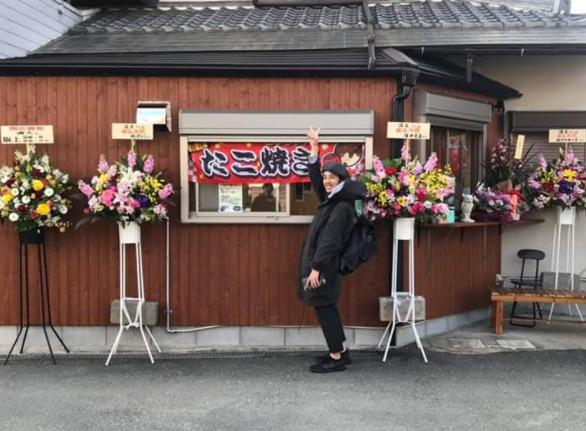 滝山駅のたこ焼き屋「満天」に立ち寄る西野亮廣