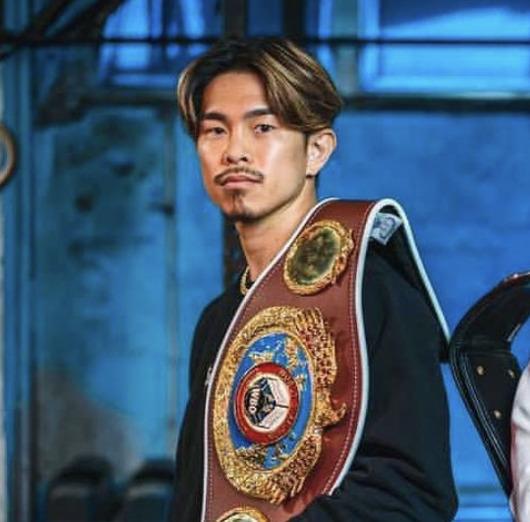 チャンピオンベルトを持つ井岡一翔