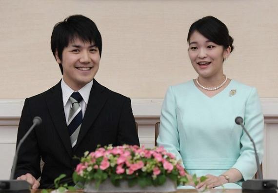 婚約した眞子さまと小室圭さん