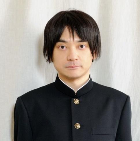 学生服を着た小山田圭吾